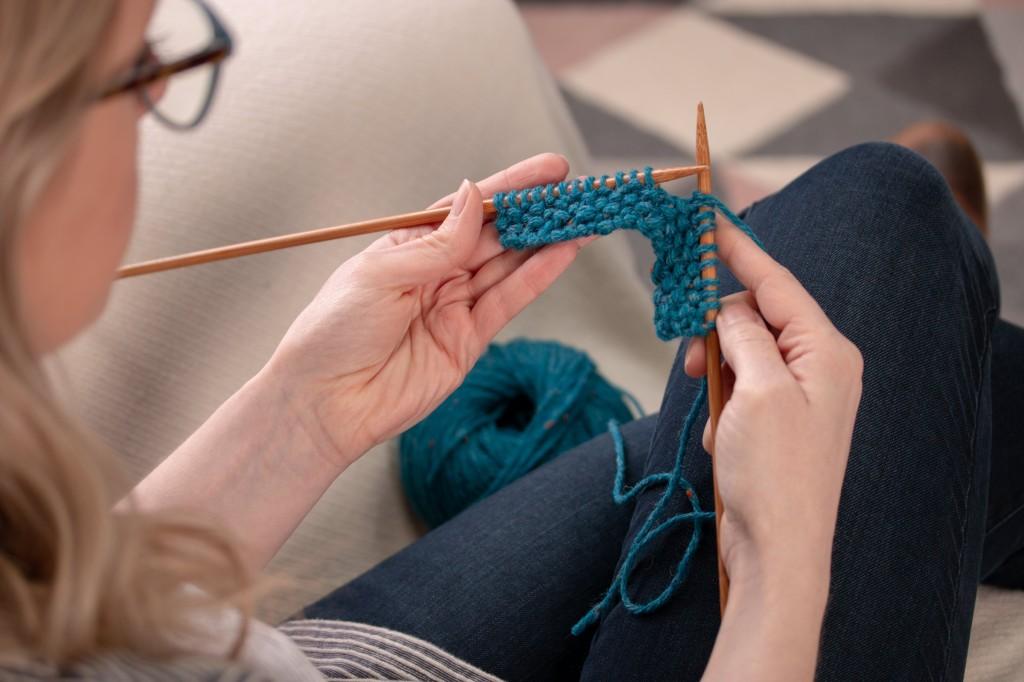 Jane Knitting Moss British Moss Stitch Cowl in Blue, Como, Chunky Wool Yarn